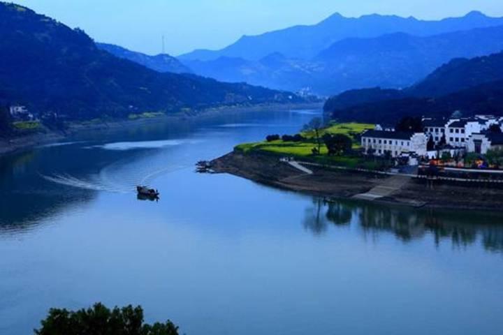 新安江山水画廊风景区位于黄山市歙县深渡镇,全长约百里,景区以